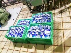 乳品厂使用机器人自动将百利包装周转箱流水线案例
